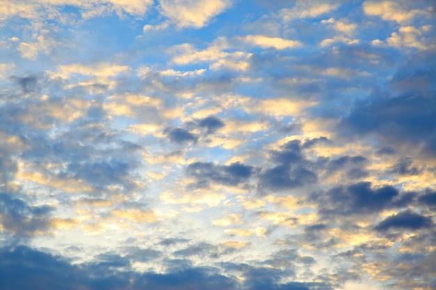 Les nuages avant le lever du soleil, peuvent être utilisés comme arrière-plan