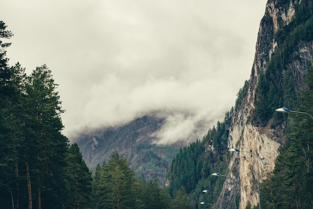 Des nuages bas flottent entre les montagnes.