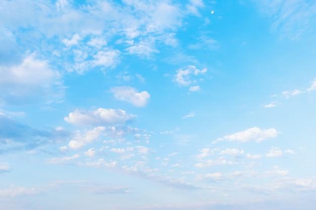 Nuages blancs abstraits sur le ciel bleu d'été