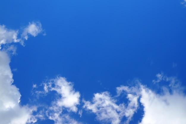 Nuages blancs abstraits sur ciel bleu