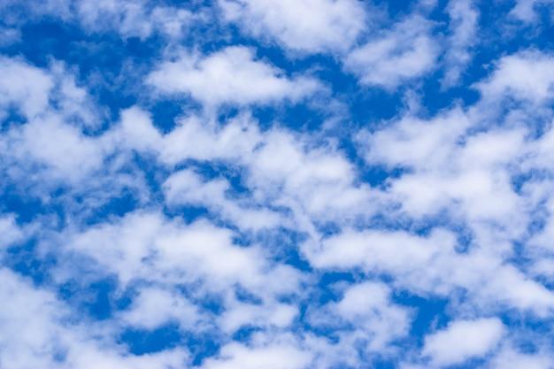 Nuages blancs sur un ciel bleu, fond de texture.