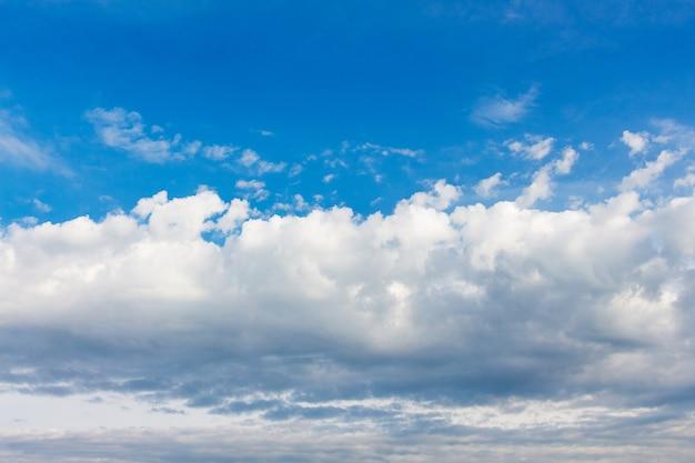 Nuages blancs sur ciel bleu par temps ensoleillé