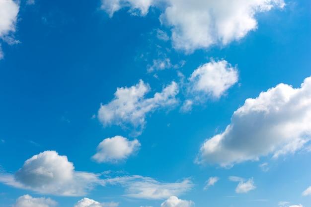 Nuages blancs sur un ciel bleu