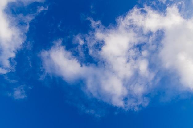 Nuages blancs et ciel bleu