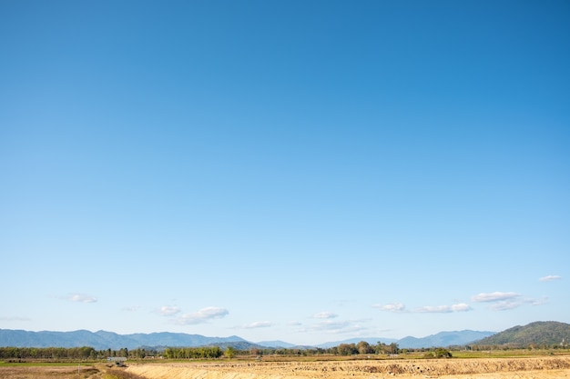 Nuages blancs et ciel bleu.
