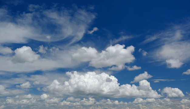 Nuages blancs avec un ciel bleu