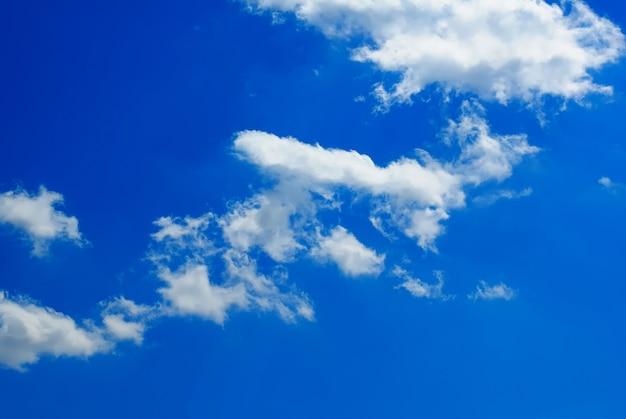 Nuages blancs contre le beau ciel bleu foncé.