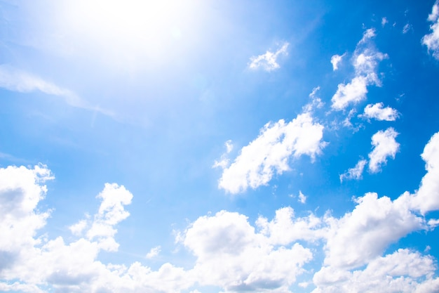 Nuages blancs dans le ciel bleu, le beau ciel avec des nuages