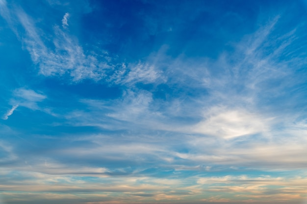 Nuages blancs dans un ciel bleu clair