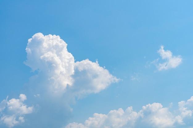 Nuages blancs dans un ciel bleu clair.