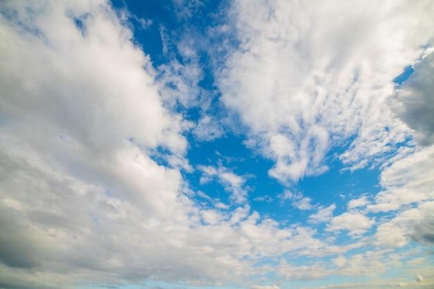 Nuages blancs dans le ciel bleu. fond naturel atmosphérique.