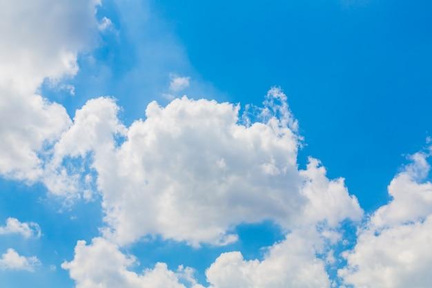Des nuages blancs dans le ciel bleu