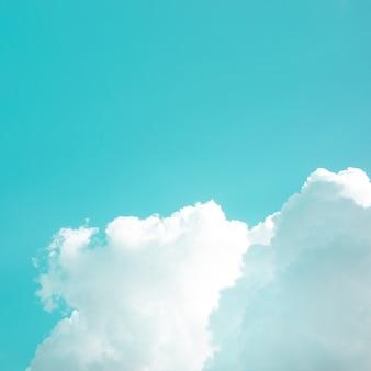 Nuages blancs doux avec une couleur pastel du ciel pour un fond abstrait