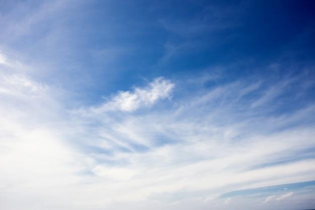 Nuages blancs duveteux dans le ciel bleu
