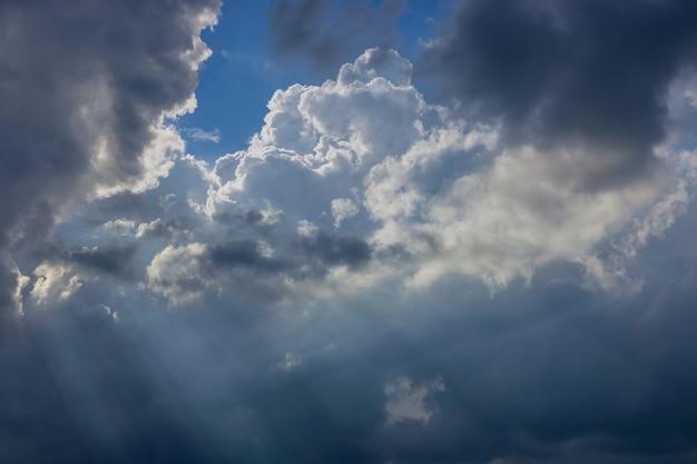 Nuages blancs avec fond de ciel bleu beau temps.