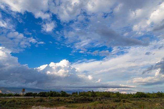 Nuages blancs sur fond de ciel bleu sur un paysage rural