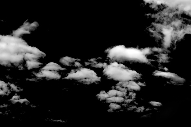 Nuages blancs isolés sur fond noir. photo de haute qualité