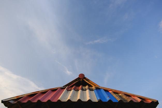 Les nuages blancs ont des formes étranges.roof et copyspace