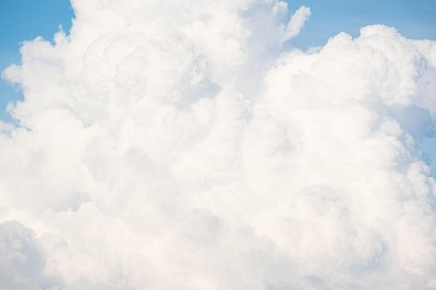 Nuages blancs en saison des pluies. gros nuage. contexte.