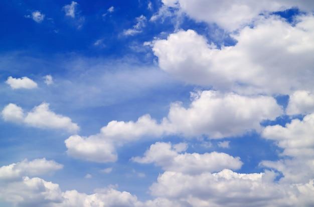 Des nuages blancs se répandent sur le ciel bleu vif