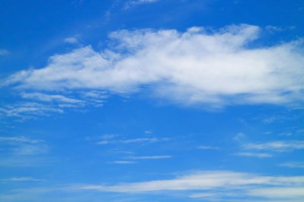 Des nuages blancs se sont répandus dans le ciel bleu vibrant