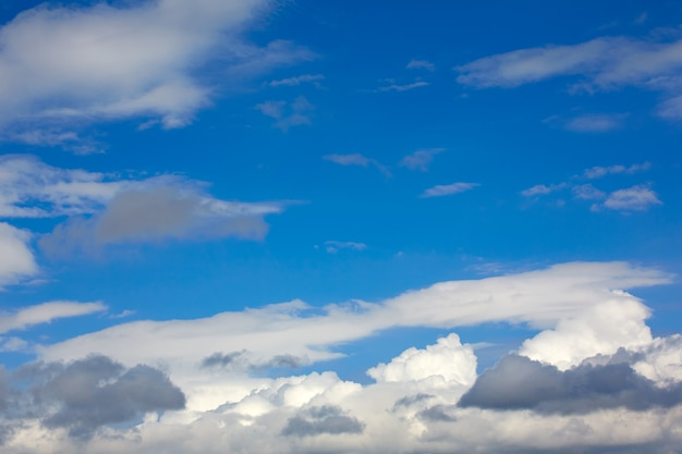Nuages bleu ciel ensoleillé