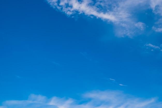 Nuages brouillés, ciel pendant la matinée. ciel bleu, blanc et pastel, lentille de mise au point douce flare lumière du soleil.