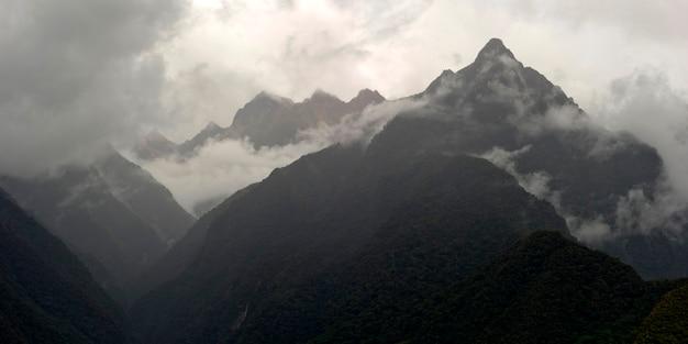 Nuages sur une chaîne de montagnes, vallée sacrée, région de cuzco, pérou