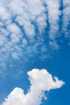 Nuages ciel bleu avec cirrocumulus, vertical