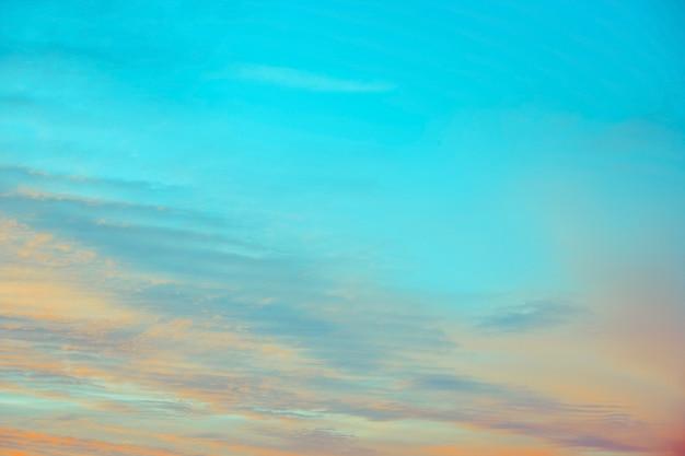 Nuages de ciel bleu et orange au coucher ou au lever du soleil