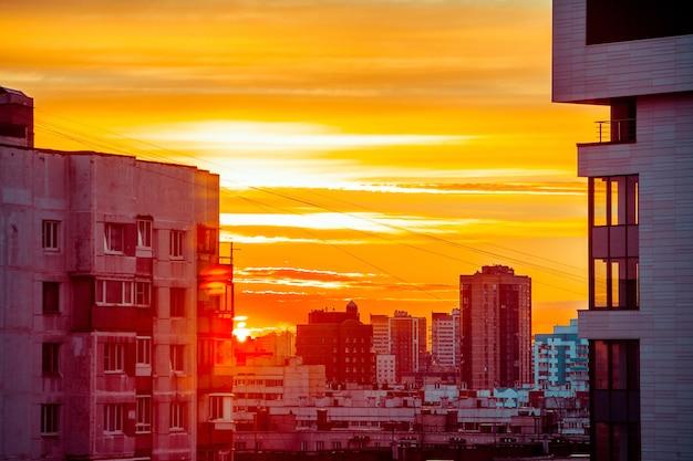 Nuages de ciel bleu et orange au coucher du soleil ou au lever du soleil à la ville
