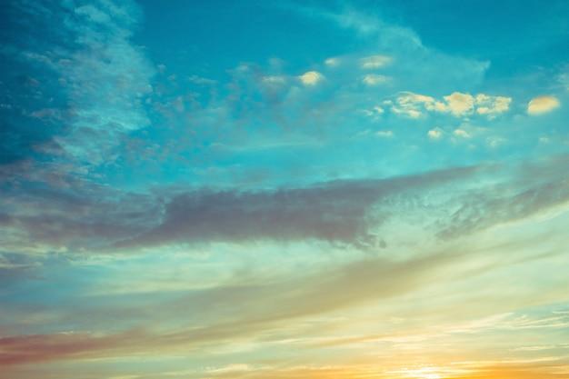 Nuages de ciel bleu et orange au coucher du soleil ou au lever du soleil