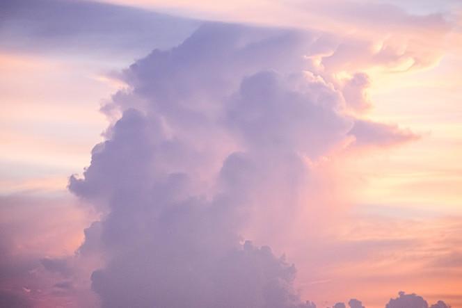 Nuages ciel crépusculaire de couleur pastel fond spirituel coloré rose et bleu