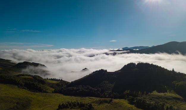 Nuages de ciel dans la montagne