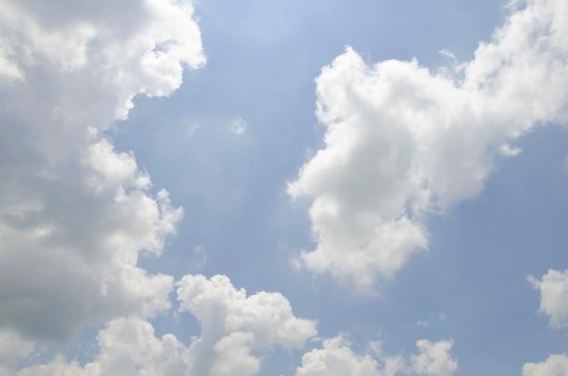 Nuages et ciel avec fond flou