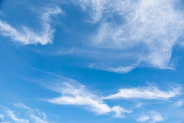 Nuages cireux moelleux sur un ciel bleu bleu, beau cirrocumulus sur la couche d'altitude élevée