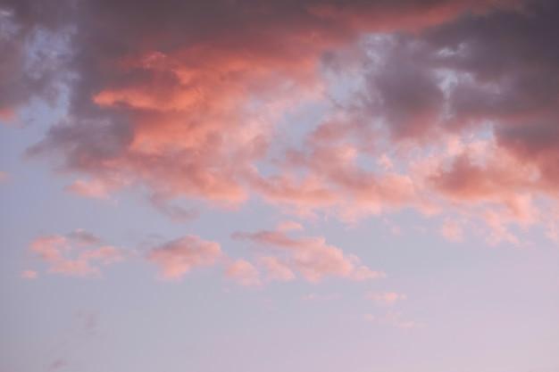 Nuages colorés sur ciel coucher de soleil, fond de nature