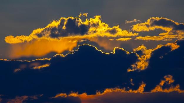 Les nuages contrastés reflètent la lumière du soleil. ciel clair à midi.