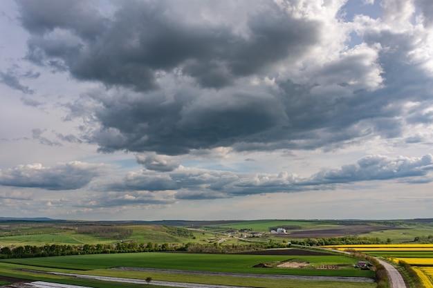 Nuages couverts au-dessus du champ de colza agricole tir aérien