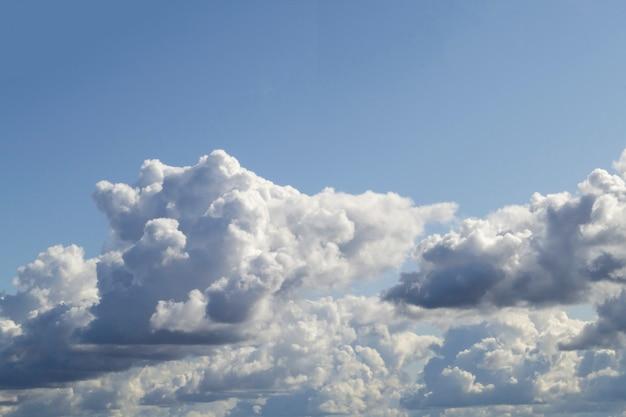 Nuages cumulus blancs rugueux sur le ciel bleu avant la pluie. avec un ciel bleu clair d'en haut