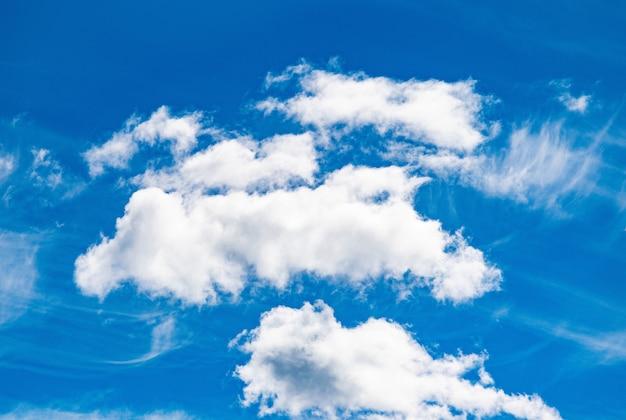 Nuages de cumulus ciel bleu. cloudscape clair par journée ensoleillée. sérénité et calme