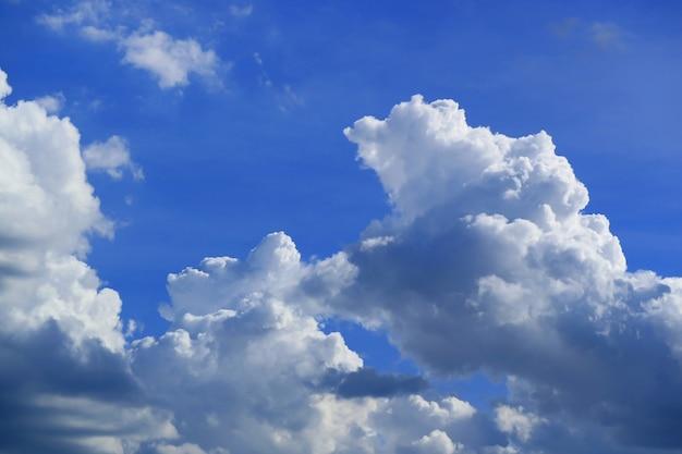 Nuages de cumulus pelucheux flottants sur le ciel bleu vibrant