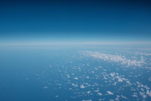 Nuages dans un beau ciel bleu