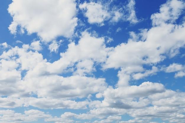Nuages dans le ciel bleu, nuages blancs, moelleux dans le ciel bleu, nature de fond