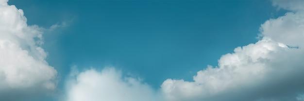 Nuages dans le ciel bleu par une journée ensoleillée, paysages de nature avec un temps clément. regardant vers le haut. écran long et large