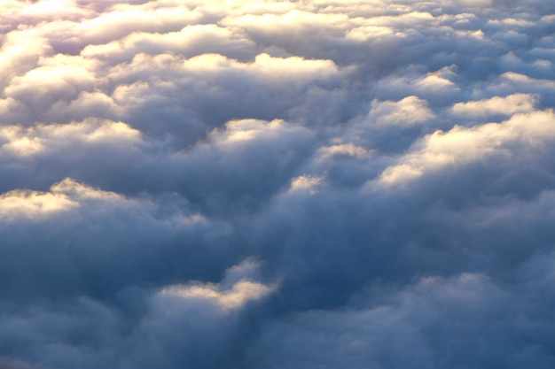 Nuages dans le ciel avec les premiers rayons du soleil, vue à vol d'oiseau