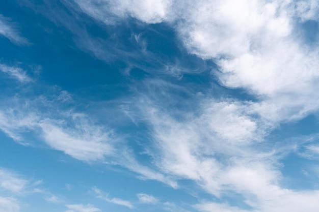 Nuages dans le ciel tir horizontal