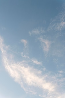 Nuages dans le ciel tir vertical