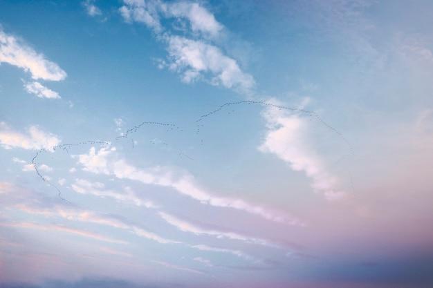 Nuages dans un fond de ciel bleu