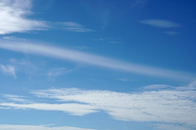Nuages dans les fonds de ciel bleu